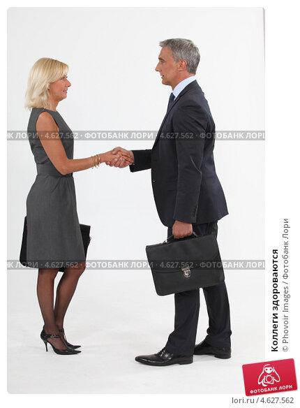 Подавать признакомстве женщине нужно руку ли