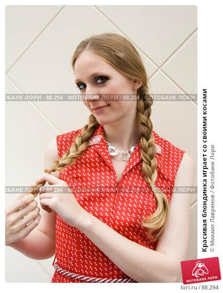 Красивая блондинка играет со своими косами, фото № 88294, снято 23 сентября 2006 г. (c) Михаил Лавренов / Фотобанк Лори