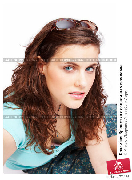 Красивая брюнетка с солнечными очками, фото № 77166, снято 1 апреля 2007 г. (c) Михаил Лавренов / Фотобанк Лори