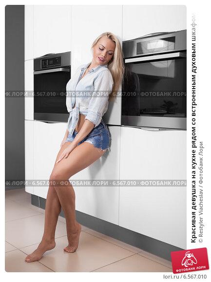 Девушка на фоне шкафа #3
