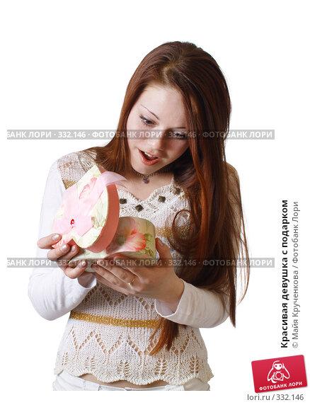 Красивая девушка с подарком, фото № 332146, снято 16 апреля 2008 г. (c) Майя Крученкова / Фотобанк Лори
