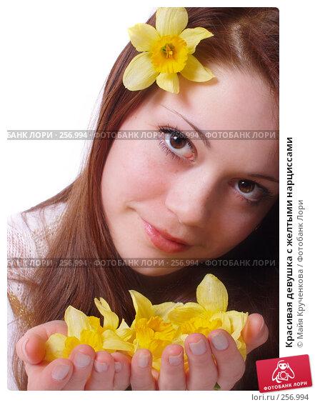 Купить «Красивая девушка с желтыми нарциссами», фото № 256994, снято 16 апреля 2008 г. (c) Майя Крученкова / Фотобанк Лори