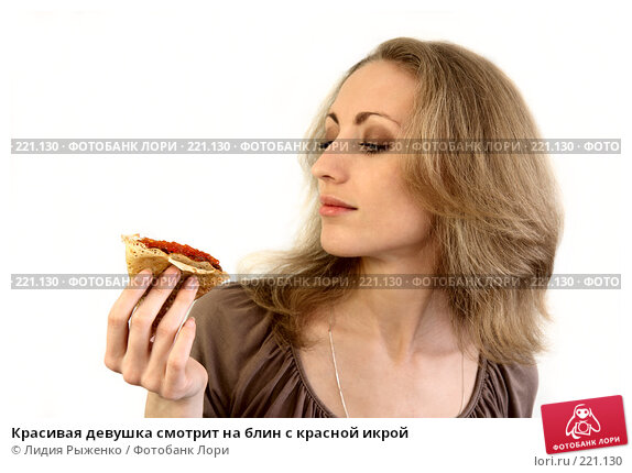 Красивая девушка смотрит на блин с красной икрой, фото № 221130, снято 9 марта 2008 г. (c) Лидия Рыженко / Фотобанк Лори