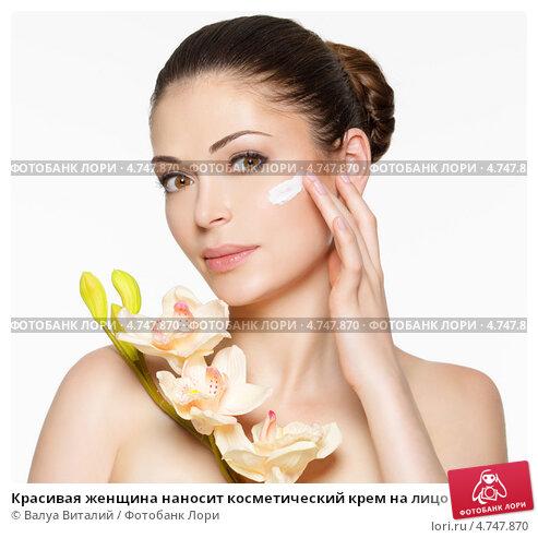 Купить «Красивая женщина наносит косметический крем на лицо», фото № 4747870, снято 21 мая 2013 г. (c) Валуа Виталий / Фотобанк Лори