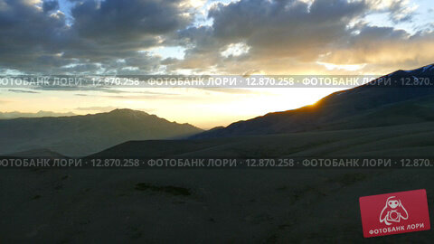 Купить «Красивый закат в горах Алтая, timelapse», видеоролик № 12870258, снято 6 октября 2015 г. (c) Михаил Коханчиков / Фотобанк Лори