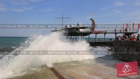 Купить «Крым, большие волны заливают набережную города Ялта», видеоролик № 28224326, снято 16 августа 2017 г. (c) Яна Королёва / Фотобанк Лори