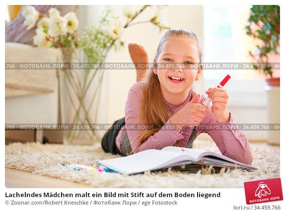 Lachelndes Mädchen malt ein Bild mit Stift auf dem Boden liegend. Стоковое фото, фотограф Zoonar.com/Robert Kneschke / age Fotostock / Фотобанк Лори