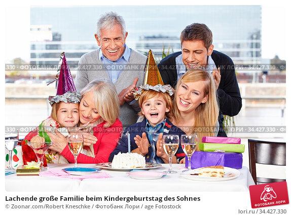 Lachende große Familie beim Kindergeburtstag des Sohnes. Стоковое фото, фотограф Zoonar.com/Robert Kneschke / age Fotostock / Фотобанк Лори