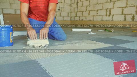 Купить «Laying rubber floor tiles», видеоролик № 26812070, снято 19 ноября 2018 г. (c) Константин Мерцалов / Фотобанк Лори
