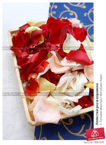Лепестки роз в корзинке, фото № 304570, снято 6 марта 2008 г. (c) Татьяна Макотра / Фотобанк Лори
