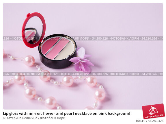 Lip gloss with mirror, flower and pearl necklace on pink background. Стоковое фото, фотограф Катерина Белякина / Фотобанк Лори