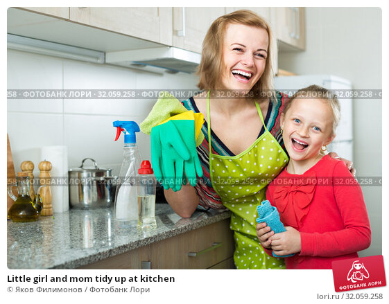 Little girl and mom tidy up at kitchen. Стоковое фото, фотограф Яков Филимонов / Фотобанк Лори