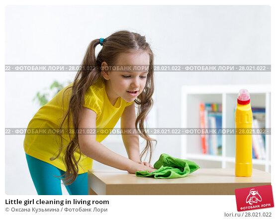Купить «Little girl cleaning in living room», фото № 28021022, снято 21 июля 2019 г. (c) Оксана Кузьмина / Фотобанк Лори