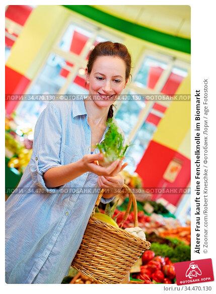 Ältere Frau kauft eine Fenchelknolle im Biomarkt. Стоковое фото, фотограф Zoonar.com/Robert Kneschke / age Fotostock / Фотобанк Лори