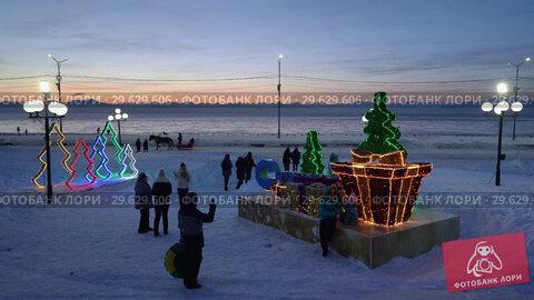 Купить «Люди фотографируются у праздничной композиции «С Новым годом»», видеоролик № 29629606, снято 1 января 2019 г. (c) А. А. Пирагис / Фотобанк Лори