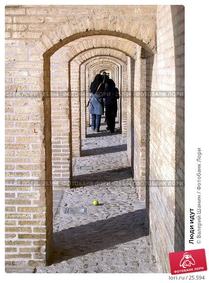 Люди идут, фото № 25594, снято 29 ноября 2006 г. (c) Валерий Шанин / Фотобанк Лори