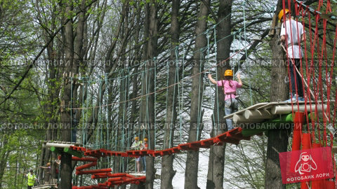 Люди идут по веревочному мосту в парке развлечений Панда (таймлапс), видеоролик № 3785210, снято 29 мая 2012 г. (c) Losevsky Pavel / Фотобанк Лори