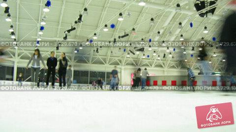 Купить «Люди катания в помещении (тайм лапс)», видеоролик № 3729670, снято 18 марта 2011 г. (c) Losevsky Pavel / Фотобанк Лори