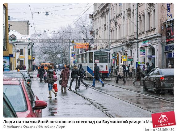 Купить «Люди на трамвайной остановке в снегопад на Бауманской улице в Москве», фото № 28369430, снято 8 июня 2010 г. (c) Алёшина Оксана / Фотобанк Лори