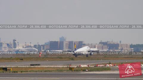 Купить «Lufthansa Airbus 320 landing», видеоролик № 28306458, снято 18 июля 2017 г. (c) Игорь Жоров / Фотобанк Лори