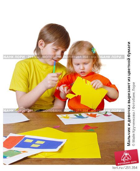 Мальчик и девочка вырезают из цветной бумаги, фото № 251354, снято 24 марта 2008 г. (c) Майя Крученкова / Фотобанк Лори