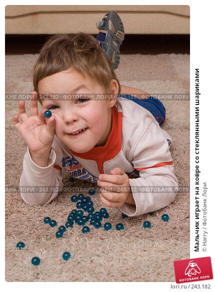 Мальчик играет на ковре со стеклянными шариками, фото № 243182, снято 28 марта 2017 г. (c) Harry / Фотобанк Лори