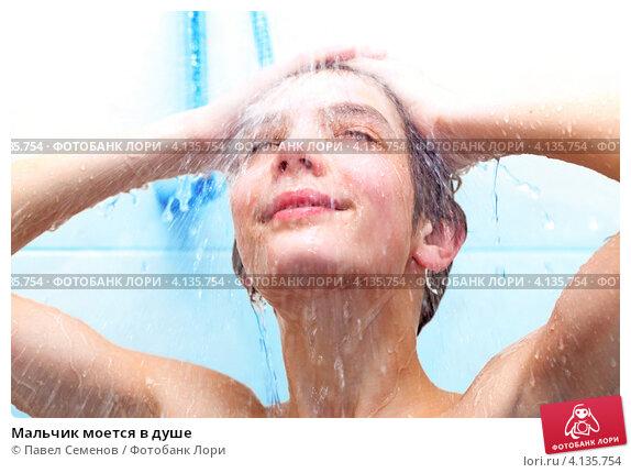 Фото парень моется