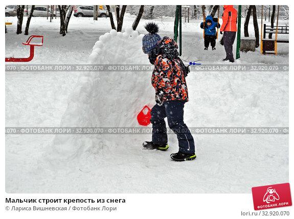 Купить «Мальчик строит крепость из снега», фото № 32920070, снято 11 января 2020 г. (c) Лариса Вишневская / Фотобанк Лори