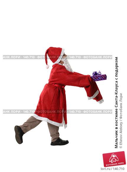 Мальчик в костюме Санта-Клауса с подарком, фото № 140710, снято 1 декабря 2007 г. (c) Efanov Aleksey / Фотобанк Лори