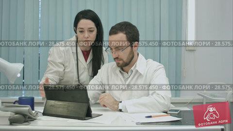 Купить «Male and female doctors discuss results useing tablet», видеоролик № 28575450, снято 24 ноября 2015 г. (c) Vasily Alexandrovich Gronskiy / Фотобанк Лори