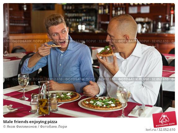 Male friends enjoying pizza. Стоковое фото, фотограф Яков Филимонов / Фотобанк Лори