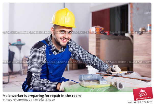 Купить «Male worker is preparing for repair in the room», фото № 28074062, снято 3 июня 2017 г. (c) Яков Филимонов / Фотобанк Лори