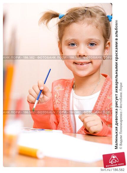 Маленькая девочка рисует акварельными красками в альбоме, фото № 186582, снято 19 января 2008 г. (c) Вадим Пономаренко / Фотобанк Лори