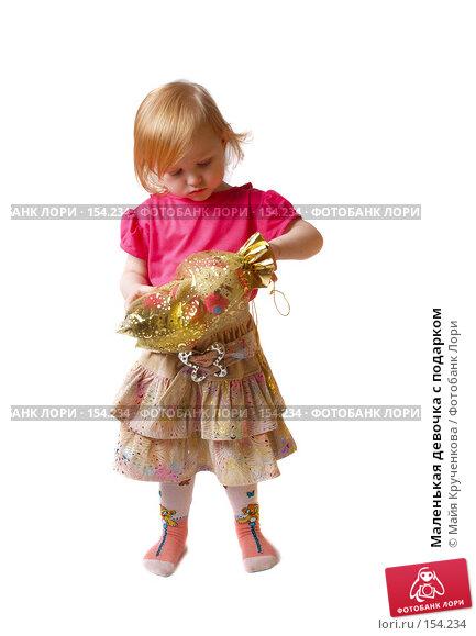 Маленькая девочка с подарком, фото № 154234, снято 30 ноября 2007 г. (c) Майя Крученкова / Фотобанк Лори