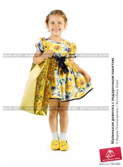 Маленькая девочка с подарочным пакетом, фото № 90066, снято 16 июля 2007 г. (c) Вадим Пономаренко / Фотобанк Лори