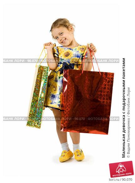 Маленькая девочка с подарочными пакетами, фото № 90070, снято 16 июля 2007 г. (c) Вадим Пономаренко / Фотобанк Лори