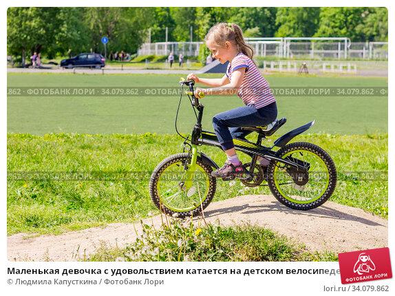 Купить «Маленькая девочка с удовольствием катается на детском велосипеде по песчаным холмам», фото № 34079862, снято 19 июня 2020 г. (c) Людмила Капусткина / Фотобанк Лори