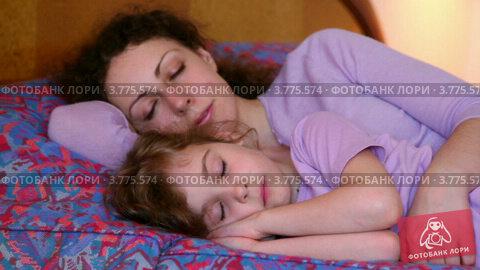скрытая камера у мамы в постели когда на 1 дома