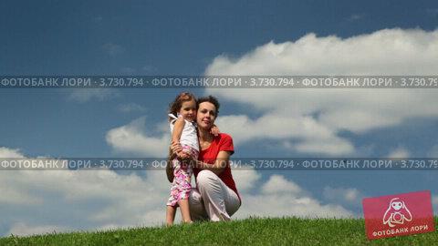 Купить «Мама обнимает дочь на фоне голубого неба», видеоролик № 3730794, снято 11 января 2011 г. (c) Losevsky Pavel / Фотобанк Лори