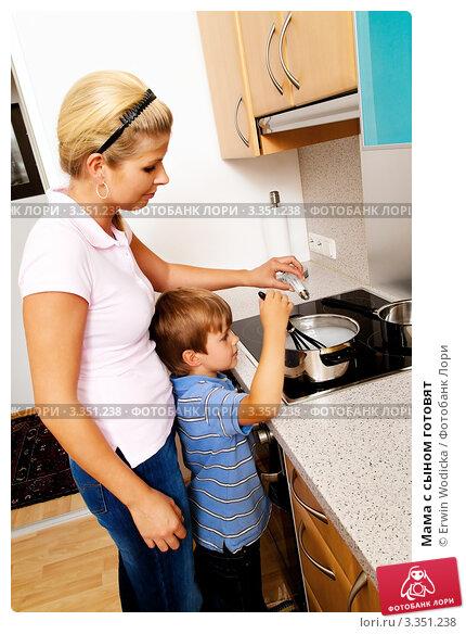 Купить «Мама с сыном готовят», фото № 3351238, снято 22 сентября 2019 г. (c) Erwin Wodicka / Фотобанк Лори
