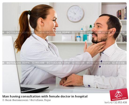 Man having consultation with female doctor in hospital. Стоковое фото, фотограф Яков Филимонов / Фотобанк Лори