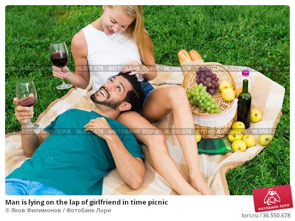 Man is lying on the lap of girlfriend in time picnic. Стоковое фото, фотограф Яков Филимонов / Фотобанк Лори