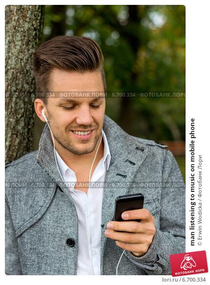 man listening to music on mobile phone. Стоковое фото, фотограф Erwin Wodicka / Фотобанк Лори