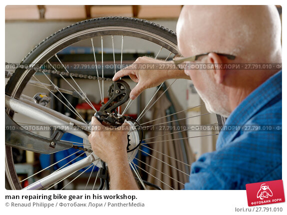 Купить «man repairing bike gear in his workshop.», фото № 27791010, снято 21 октября 2018 г. (c) PantherMedia / Фотобанк Лори