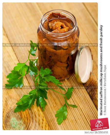 Marinated saffron milkcap mushrooms and fresh parsley. Стоковое фото, фотограф Яков Филимонов / Фотобанк Лори
