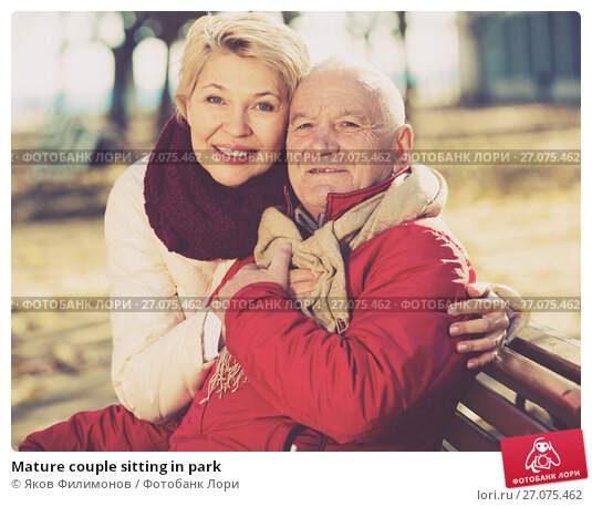 Mature couple sitting in park, фото № 27075462, снято 23 октября 2017 г. (c) Яков Филимонов / Фотобанк Лори