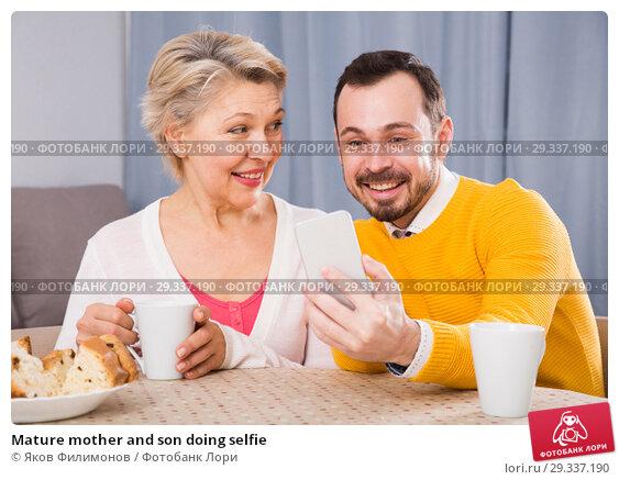 Купить «Mature mother and son doing selfie», фото № 29337190, снято 25 марта 2019 г. (c) Яков Филимонов / Фотобанк Лори