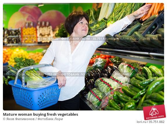 Mature woman buying fresh vegetables. Стоковое фото, фотограф Яков Филимонов / Фотобанк Лори
