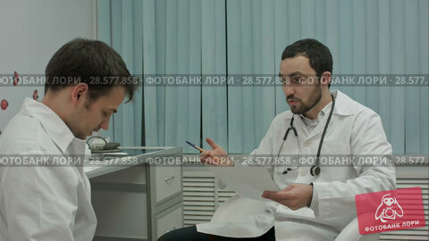 Купить «Mentor doctor isn't happy with results of medical practice of intern», видеоролик № 28577858, снято 24 ноября 2015 г. (c) Vasily Alexandrovich Gronskiy / Фотобанк Лори