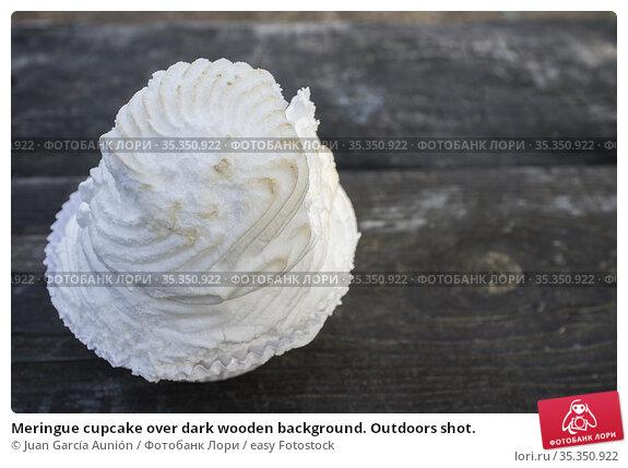 Meringue cupcake over dark wooden background. Outdoors shot. Стоковое фото, фотограф Juan García Aunión / easy Fotostock / Фотобанк Лори